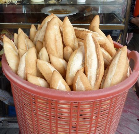 Banh_mi_-_vietnamese_bread_-_(cut_out_from_flickr5607479129)